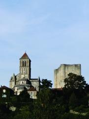 Eglise Saint-Pierre - Nederlands:   De kapittelkerk Saint-Pierre te Chauvigny - Vienne, Poitou-Charentes - dateert uit de XIIe en XIIIe eeuw en werd grondig gerestaureerd in de negentiende eeuw. Rechts op de foto de Donjon van Gouzon.