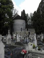 Eglise de Saint-Pierre-les-Eglises - Français:   Borne milliaire et chevet de l\'église de Saint-Pierre-les-Églises en Chauvigny (86). La borne (identifiée sans certitude]) est sur le flanc du chevet, à gauche, couronnée par un chapiteau.