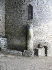 Eglise de Saint-Pierre-les-Eglises - Français:   Borne milliaire près l\'église de Saint-Pierre-les-Églises en Chauvigny (86).