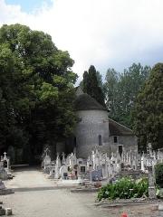 Eglise de Saint-Pierre-les-Eglises - Français:   Borne milliaire et chevet de l\'église de Saint-Pierre-les-Églises en Chauvigny (86).