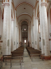 Eglise de Saint-Pierre-les-Eglises - Français:   Intérieur de la collégiale Saint-Pierre de Chauvigny (86).