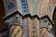 Eglise Saint-Nicolas - Piliers et chapiteaux peints au XIXe siècle par Pierre-Amédée Brouillet, église de Civray (XIIe), Vienne, France.