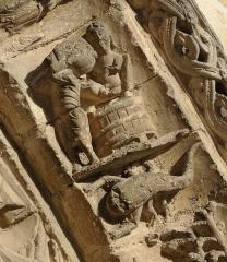 Eglise Saint-Nicolas - Eglise Saint-Nicolas de Civray (XIIe siècle). Archivolte du portail; le zodiaque: scène de vendanges et scorpion. Civray, Vienne, France.