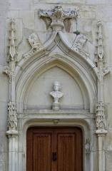 Maison - Français:   Haut de la porte de l\'hôtel Louis XIII (fin XVe du siècle), Civray, Vienne,France