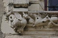 Maison - Français:   Détail d\'une fenêtre de l\'hôtel Louis-XIII ( fin XVe), Civray, Vienne, France.