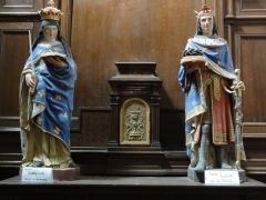 Eglise Notre-Dame-et-Saint-Junien - English: Église Notre Dame et Saint-Junien de Lusignan, statues Ste Radegonde et St Louis