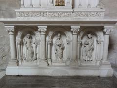 Eglise Notre-Dame-et-Saint-Junien - English: Église Notre Dame et Saint-Junien de Lusignan, sculpture dessous de l'autel