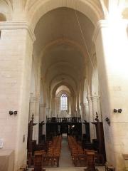 Abbaye - Abbatiale saint-Junien de Nouaillé-Maupertuis (86). Intérieur. La nef vue du chœur.