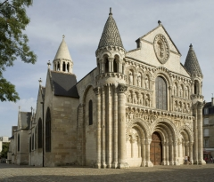 Cathédrale Saint-Pierre - This building is indexed in the Base Mérimée, a database of architectural heritage maintained by the French Ministry of Culture,under the reference PA00105586 .