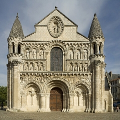 Eglise Notre-Dame-la-Grande - This building is indexed in the Base Mérimée, a database of architectural heritage maintained by the French Ministry of Culture,under the reference PA00105596 .