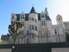 Hôtel Jean-Baucé - This building is indexed in the Base Mérimée, a database of architectural heritage maintained by the French Ministry of Culture, under the reference PA00105611 .