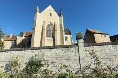 Eglise et son cloître - L'église Saint-Antoine de Saint-Sauveur dans la Vienne en France.
