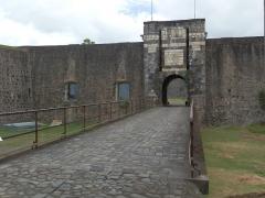 Fort Saint-Charles, Fort Richepance ou Fort Delgrès, puis laboratoire de vulcanologie - Français:   Vue sur le porche d\'entrée du Fort Delgrès