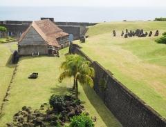 Fort Saint-Charles, Fort Richepance ou Fort Delgrès, puis laboratoire de vulcanologie - Français:   Le Fort Louis Delgrès (vue sur grande caserne, mémorial Delgrès et de la rade).