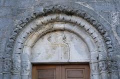 Eglise de Puxe - Français:   Tympan roman du portail de l\'église Saint-Rémy de Puxe à Lalœuf en Meurthe-et-Moselle.