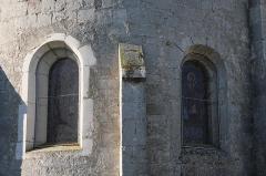 Eglise de Puxe - Français:   Détail des fenêtres romanes en plein cintre de l\'abside de l\'église Saint-Rémy de Puxe à Lalœuf en Meurthe-et-Moselle.