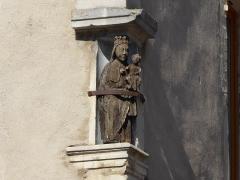 Maison avec statue de la Vierge - Français:   Statuette en bois d\'une Vierge couronnée portant l\'Enfant Jésus située sur la façade de la maison Benoît, à l\'angle de la rue de l\'Église et de la place de la Fontaine à Liverdun.