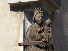 Maison avec statue de la Vierge - Français:   Détail d\'une statuette en bois d\'une Vierge couronnée portant l\'Enfant Jésus située sur la façade de la maison Benoît, à l\'angle de la rue de l\'Église et de la place de la Fontaine à Liverdun.