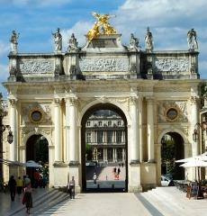Ensemble formé par la place Stanislas, la rue Héré et la place de la Carrière - English: Porte Héré, Place Stanislas (Nancy)
