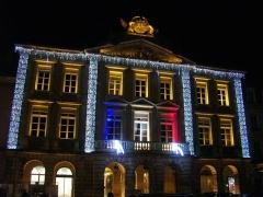 Hôtel de ville - Français:   Hôtel de ville de Pont-à-Mousson (Meurthe-et-Moselle, France), illuminé tricolore après les attentats du 13 novembre