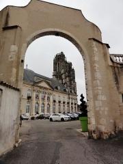 Hôtel de ville (ancien Evêché) - English: Toul, Hôtel de ville et Cathédrale Saint-Étienne