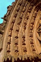 Chapelle des Monts ou la Recevresse - English: Porch of the Notre-Dame d'Avioth basilica at sunset: left part of the arch (France, Meuse Department).