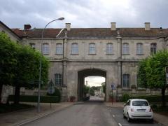 Ancienne abbaye - Français:   Abbaye de Saint-Mihiel (Meuse, France). Galerie au-dessus de la RD901