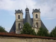 Ancienne abbaye - Église abbatiale Saint-Michel de Saint-Mihiel (Meuse, France). Chevet et tours vus de la rue de la Tête d'Or