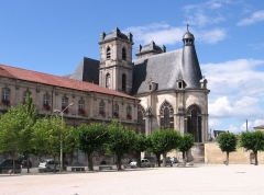 Ancienne abbaye - ancienne abbaye vue depuis la palce des minimes et avec la mairie.
