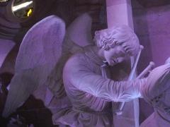 Eglise Saint-Etienne - Mise au Tombeau par Ligier Richier, en l'église Saint-Étienne de Saint-Mihiel (Meuse, France): ange portant les instruments de la Passion