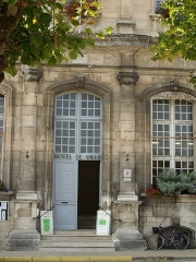 Hôtel de ville - This building is inscrit au titre des monuments historiques de la France. It is indexed in the base Mérimée, a database of architectural heritage maintained by the French Ministry of Culture,under the reference PA00106617 .