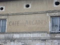 Immeuble dit Café des Arcades - Français:   Café des Arcades à Saint-Mihiel (Meuse, France). Détail de l\'inscription