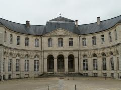 Evêché - Français:   Ancien palais épiscopal de Verdun (Centre mondial de la paix): façade côté cour