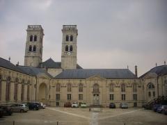 Evêché - Français:   Centre mondial de la paix et tours de la cathédrale Notre-Dame à Verdun (Meuse, France)