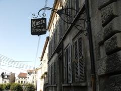 Hôtel de Princerie, actuellement musée - This building is classé au titre des monuments historiques de la France. It is indexed in the base Mérimée, a database of architectural heritage maintained by the French Ministry of Culture,under the reference PA00106661 .