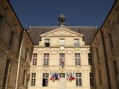Hôtel de ville - This building is classé au titre des monuments historiques de la France. It is indexed in the base Mérimée, a database of architectural heritage maintained by the French Ministry of Culture,under the reference PA00106662 .