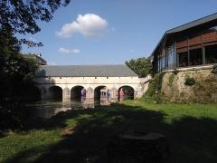 Pont-écluse Saint-Amand - Français:   Au pied de la cathédrale se trouve ce magnifique pont-écluse rénové récemment. Où des jolies bulles attendent avec impatience de pouvoir le franchir? Y arriveront-elles?