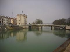Porte Chaussée (porte et passage entre deux tours) - Français:   La porte Chaussée et la Meuse à Verdun (Meuse, France)