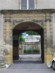 Ancien palais abbatial - Palais abbatial de Gorze (Moselle, France). Portail sur la place du château