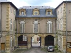 Ancien palais abbatial - Palais abbatial de Gorze  (Moselle, France). Corps d'entrée vu de la cour intérieure