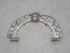 Ancien palais abbatial - Palais abbatial de Gorze  (Moselle, France). Arcade incrustée dans un mur