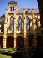 Abbaye Saint-Clément - Contreforts de l'église vus du cloître de l'ancienne abbaye Saint-Clément de Metz (Moselle, France)