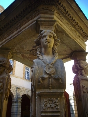 Abbaye Saint-Clément - Puits des Quatre Vertus au sein du cloître de l'ancienne abbaye Saint-Clément de Metz (Moselle, France); détail de la Prudence