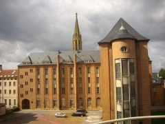 Ancienne caserne du Cloître, lycée de garçons - Français:   Caserne du Cloître à Metz (Moselle, France); vue depuis l\'opéra-théâtre, la tour du temple de garnison en arrière-plan