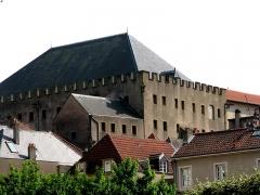 Ancien grenier connu sous le nom de Grange de Chèvremont - Français:   Période de construction fin 15e siècle et 2eme quart 16e siècle. Fait actuellement partie de l\'ensemble du musée de La Cour d\'Or