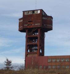 Puits I - Deutsch: Hammerkopf-Fördergerüst aus Stahl von Schacht Folschviller 1