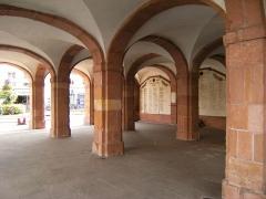 Hôtel de ville - Français:   Les arcades de la mairie de Taon L\'Étape