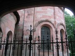 Petite église attenant à la cathédrale (Eglise Notre-Dame) -  Les arcatures à billettes du chevet de l'église Notre-Dame de Galilée depuis la porte en fer forgé du cloître (Saint-Dié-des-Vosges)
