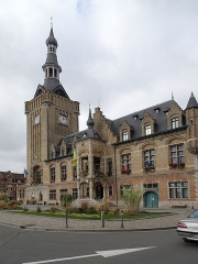 Hôtel de ville - This building is inscrit au titre des Monuments Historiques. It is indexed in the Base Mérimée, a database of architectural heritage maintained by the French Ministry of Culture,under the reference PA00107358 .