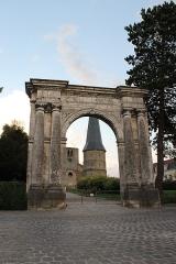Ancienne abbaye Saint-Winoc - Français:   La porte de l\'ancienne abbaye Saint Winoc avec d\'autres vestiges en arrière plan